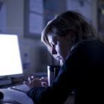 La costumbre de leer de una tablet o movil antes de dormir dificulta el sueño